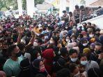 foto-polisi-tertibkan-ribuan-warga-berkerumun-antre-vaksin-di-masjid-al-furqon-bandar-lampung.jpg