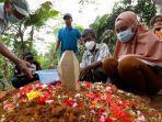 foto-suasana-haru-di-pemakaman-korban-sriwijaya-air-sj-182-jatuh-asal-lampung.jpg