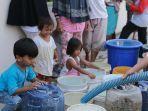 foto-warga-jalan-onta-dapat-bantuan-air-bersih-dari-pt-kai.jpg