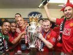 gerard-pique-kanan-saat-merayakan-gelar-bersama-manchester-united.jpg