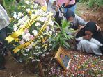 istri-polisi-yang-tewas-bunuh-diri-tak-henti-menangis-sambil-peluk-foto-suami-di-pemakaman.jpg