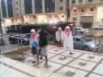 jamaah-pulang-ke-hotel-di-tengah-badai_20150912_191633.jpg
