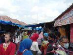jelang-lebaran-pedagang-pakaian-di-pasar-simpang-pematang-mesuji-diserbu-pembeli.jpg