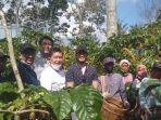 kaesang-pangarep-kunjungi-tanggamus-lihat-budidaya-kopi-dan-bertemu-petani.jpg