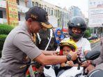 kapolresta-bandar-lampung-bagikan-helm-anak-anak-1.jpg