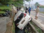 kecelakaan-di-bandar-lampung-mobil-bukit-asam-masuk-parit-hindari-motor-yang-melaju-kencang.jpg