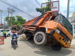 kecelakaan-di-bandar-lampung-truk-bermuatan-oli-banting-stir-hingga-terguling.jpg