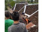 kecelakaan-truk-tabrak-atap-rumah-warga-sopir-tewas-di-tempat.jpg