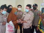 kepala-dissos-ahmad-rofii-bagikan-bst-dan-bantuan-beras-kepada-kpm-di-desa-simpang-mesuji.jpg