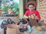 kerajinan-anyaman-bambu-dan-batok-kelapa-pak-yanto-baru-dibuat-jika-ada-pemesan.jpg