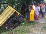 mobil-truk-yang-menabrak-pohon-di-kabupaten-timor-tengah-utara-ntt_20170319_233313.jpg