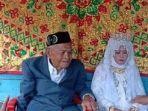 nikah-dengan-gadis-27-tahun-kakek-103-tahun-dituntun-saat-jalan-ke-pelaminan.jpg