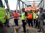 p2jn-masih-berupaya-mengevakuasi-truk-dari-atas-jembatan.jpg