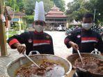 para-chef-hotel-dan-restoran-kini-masak-nasi-bungkus-di-dapur-umum-dirumahkan-akibat-covid-19.jpg