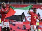 paul-pogba-memegang-bendera-palestina-bersama-rekan-setimnya-di-manchester-united-amad-diallo.jpg