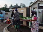 pembagian-sayur-gratis-untuk-warga-di-kampung-karang-endah.jpg