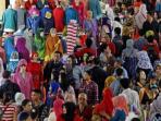 pengunjung-memadati-blok-b-pasar-tanah-abang-jakarta-kamis-972015_20151024_083506.jpg