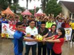 perwakilan-dari-pemuda-lintas-agama-mengangkat-bola-bersama_20161023_170458.jpg