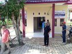 petugas-di-desa-sawo-jajar-mempersiapkan-ruang-karantina.jpg
