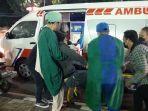 petugas-medis-mengevakuasi-pengendara-motor-yang-mengalami-kecelakaan.jpg