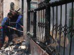 petugas-pemadam-kebakaran-melakukan-pendinginan-di-rumah-yang-terbakar-di-enggal1.jpg