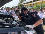 petugas-pemeriksa-kendaraan-dari-dishub-lampung-utara-memeriksa-randis-bupati.jpg