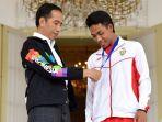 presiden-joko-widodo-dan-juara-dunia-lari-100-meter-under-20-lalu-muhammad-zohri_20180718_184845.jpg