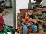 suami-gendong-bayi-gerebek-istri-selingkuh.jpg