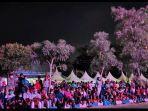 tak-bisa-masuk-lokasi-closing-ceremony-pon-xx-papua-2021-warga-duduk-di-trotoar.jpg