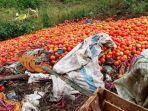 tak-laku-di-pasaran-agen-sayuran-di-lampung-barat-buang-tomat-busuk.jpg