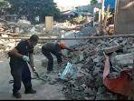 trisno-sedang-memindahkan-sisa-bangunan-mushola-istimewa_20180812_143419.jpg