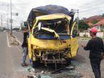 truk-colt-disel-yang-ditinggal-di-tengah-jalan-diduga-ditabrak-bus-warga-kejadian-subuh-tadi.jpg