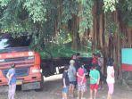 truk-trailer-di-semarang-kesasar-berhenti-dekat-pohon-beringin-warga-heran-kok-bisa.jpg