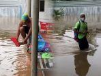 viral-bak-atlet-profesional-pemuda-ini-nekat-berenang-di-genangan-banjir.jpg