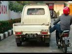 viral-mobil-kehabisan-bensin-didorong-pengendara-motor-pakai-1-kaki.jpg