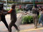 viral-satpol-pp-bentak-dan-rebut-skateboard-warga-secara-kasar.jpg