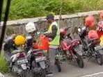 viral-tak-hanya-ambil-uang-aksi-tukang-parkir-selamatkan-helm-banjir-pujian-warganet.jpg