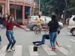 viral-video-joget-tiktok-di-lampu-merah-perempatam-toga-lumajang-berakhir-di-kantor-polisi.jpg