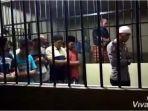 viral-video-perwira-polisi-jadi-imam-salat-berjamaah-di-dalam-ruang-tahanan.jpg