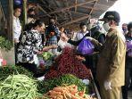 wagub-nunik-bagi-bagi-masker-gratis-ke-pedagang-dan-pembeli-di-pasar-sentral-kotabumi.jpg