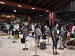 wisatawan-mengantre-untuk-pemeriksaan-dokumen-sebelum-masuk-pesawat-di-bandara.jpg