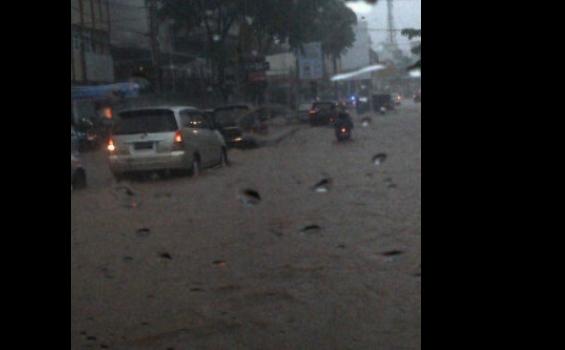 Banjir Rendam Jalan Kartini Sore Ini - banjir_kartini.jpg