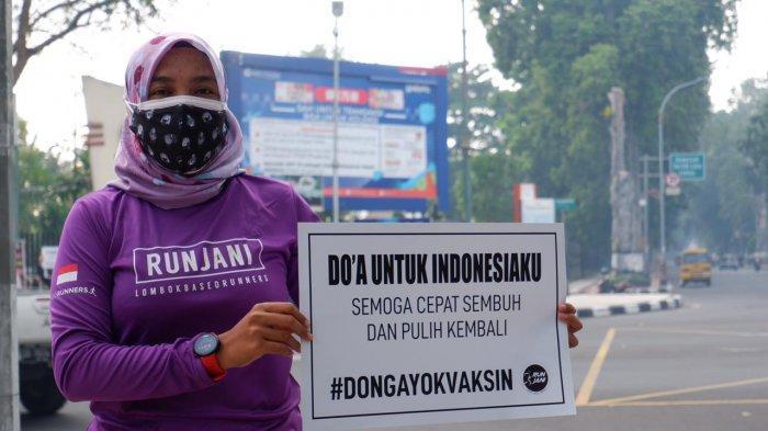 AKSI DIAM: Intan Mheutia, anggota komunitas lari Runjani membentangkan poster berisi ajakan vaksin Covid-19, Sabtu (24/7/2021). (Dok.Zak)
