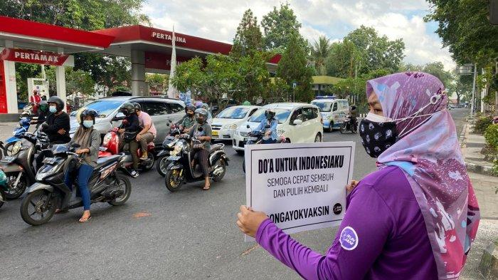 Ajak Warga Vaksin, Komunitas Runjani di Mataram Lakukan Aksi Diam di Pinggir Jalan