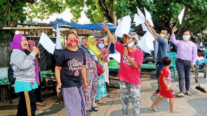 AKSI PEDAGANG: Para pedagang eks Pelabuhan Ampenan melakukan aksi mengangkat bendara putih tanda menyerah menghadapi PPKM Darurat saat pandemi Covid-19, Jumat (30/7/2021).