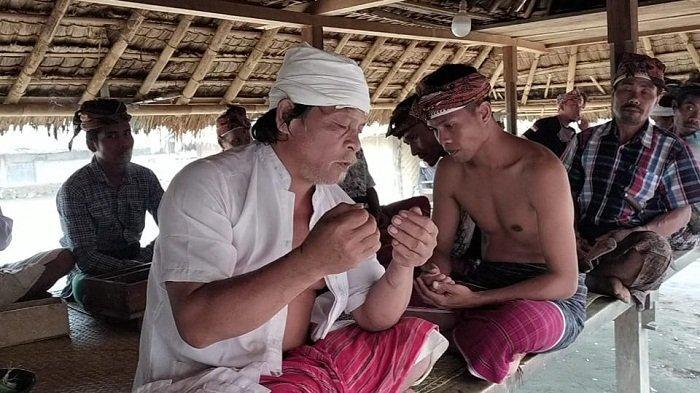 DOA: Amaq Lokak Senaru (baju putih) memimpin doa dalam ritual ngasuh gunung di Desa Senaru, Kecamatan Bayan, Lombok Utara, Senin (22/2/2021).