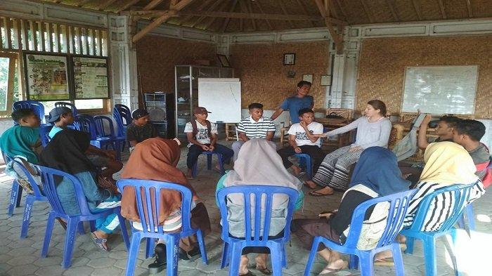 SEKOLAH ADAT: Anak-anak muda Bayan diskusi dan belajar bahasa Inggris bersama mahasiswa asing, di Sekolah Adat Bayan.
