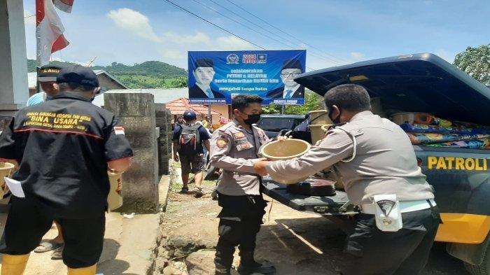 BANTUAN: Anggota Polres Dompu menurunkan bantuan kepada warga korban banjir di Kecamatan Hu'u, Kabupaten Dompu, Rabu (3/3/2021).
