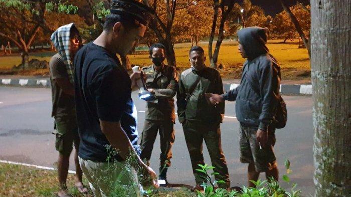 NARKOBA: Anggota Polres KSB saat menangkap pengedar narkoba di KTC Taliwang, Sumbawa Barat, Selasa (13/4/2021) malam.
