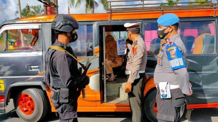 PENYEKATAN: Anggota Polres Lombok Tengah melakukan penyekatan di sejumlah pintu masuk objek wisata, Sabtu (15/5/2021).